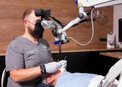 Leczenie kanałowe w mikroskopie